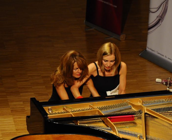 paola e debora play piano